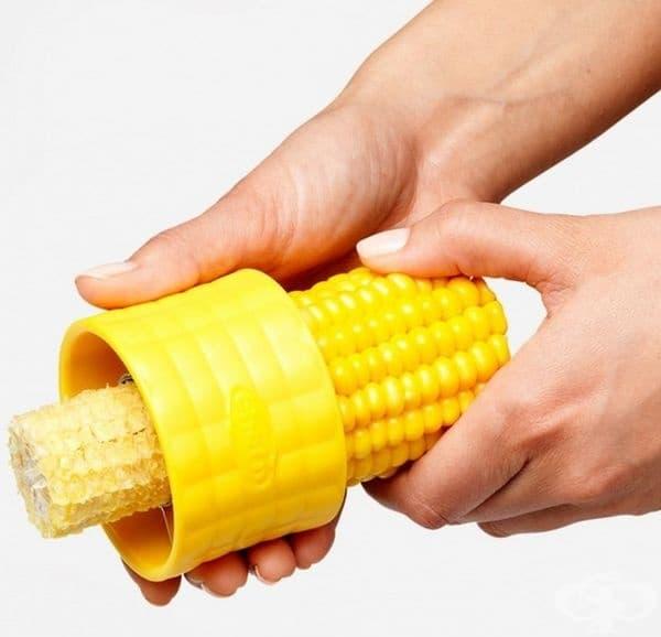 Това устройство помага да премахнете царевицата от кочана само с едно движение.