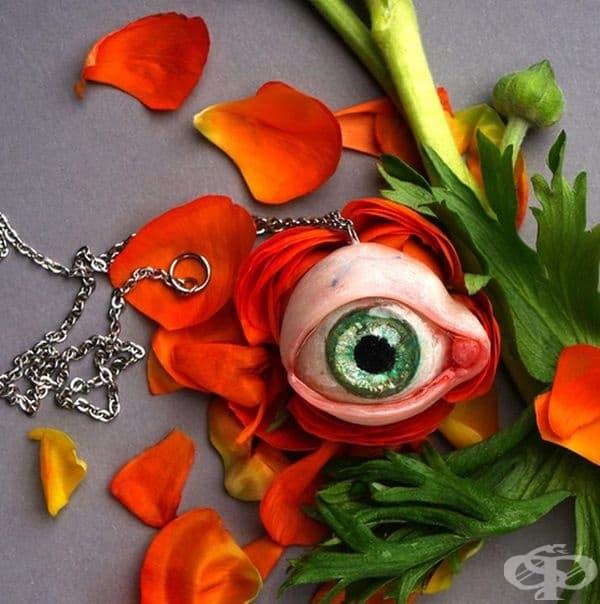 Висулка във формата на око.