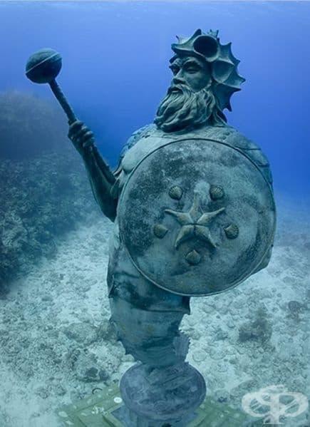 """""""Пазителят"""" от Саймън Морис достига височина от 4 метра. Основната цел на творбата е осмисляне на идеята за опазването на моретата и океаните. В света има само 4 такива скулптури: 1 във водата и 3 в частни колекции. (Местоположение: Каймански острови)"""