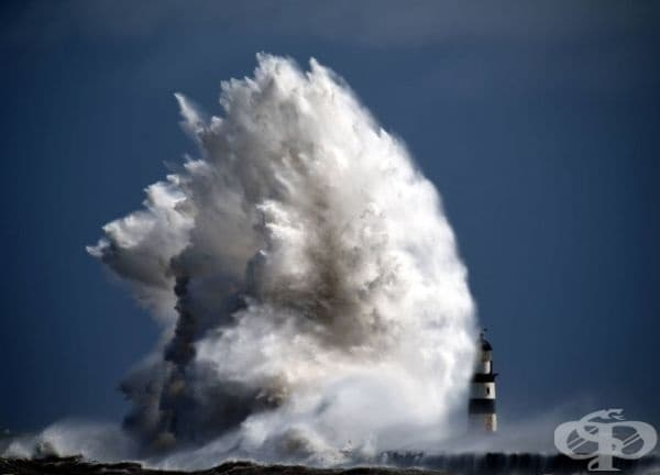 Огромна вълна се разбива в морски фар, Англия.