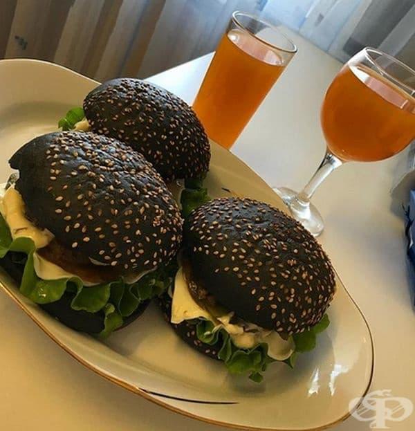 Бъргър Кинг или черните бургери са друг вид изкушение. Не, не са прегорели питки, а питки, оцветени с помощта на мастило от сепия.
