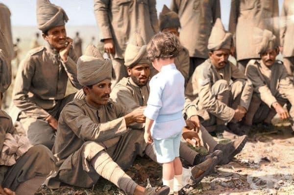 Момченце от Франция се представя на индийски войници.