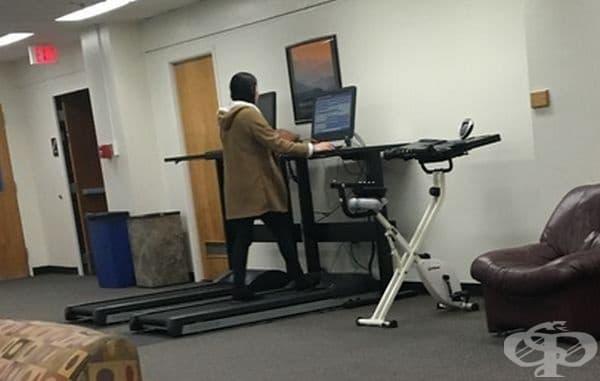 Пътеки за бягане, инсталирани в библиотека на университет, където студентите могат да тренират и учат едновременно.