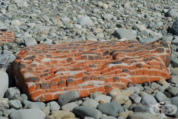 Тухлена стена, полирана от океана.