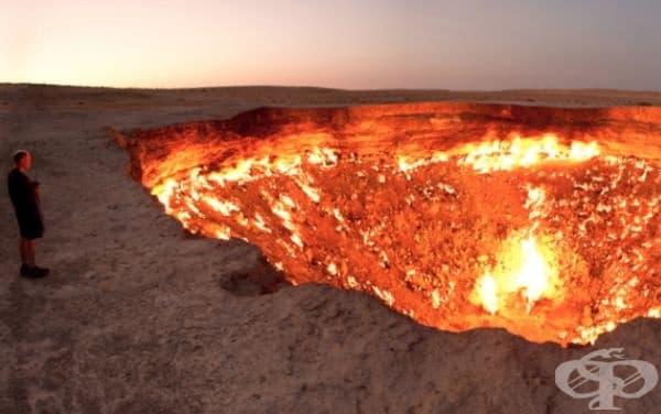 """Този ужасяващ пейзаж е известен като """"Вратата към ада"""". Това е находище на природен газ в Туркменистан, което през 1971 г. се e сринало в подземна пещера. Учените са го запалили, за да предотвратят разпространението на смъртоносен метан. Оттогава той гори"""