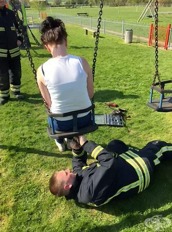 Пожарникар помага на тийнейджърка.