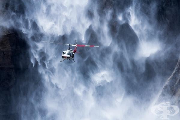 Хеликоптер в близост до водопада Йосемити, САЩ