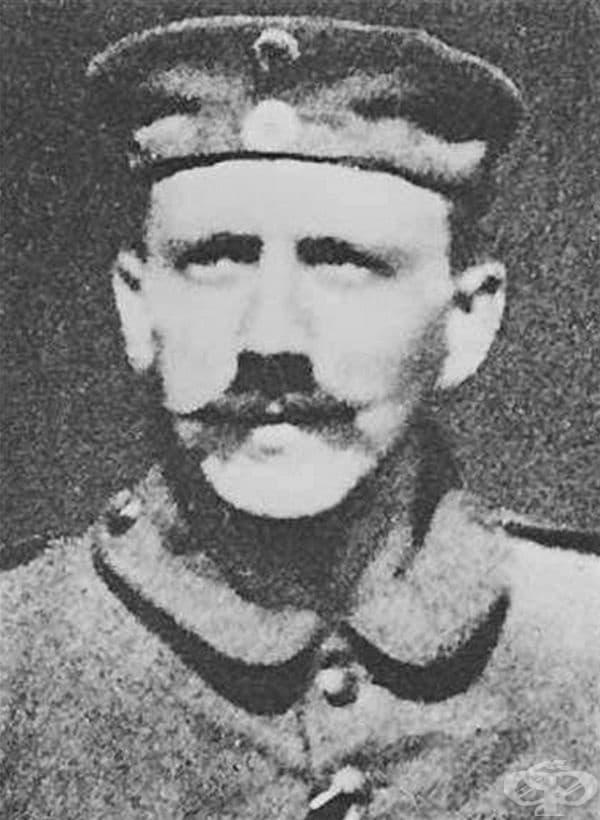 Формата на мустаците на Хитлер не е случайна. Неговият противогаз не е пасвал на дългите мустаци и затова той ги е подрязвал.