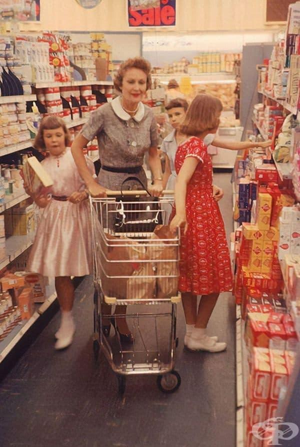 Съпругата на вицепрезидента през 1958 г. пазарува с дъщерите й Джули и Трисия в Никсън.