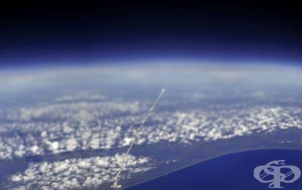 Тази снимка е направена от сателит на НАСА след пускането на кораба Атлантида.