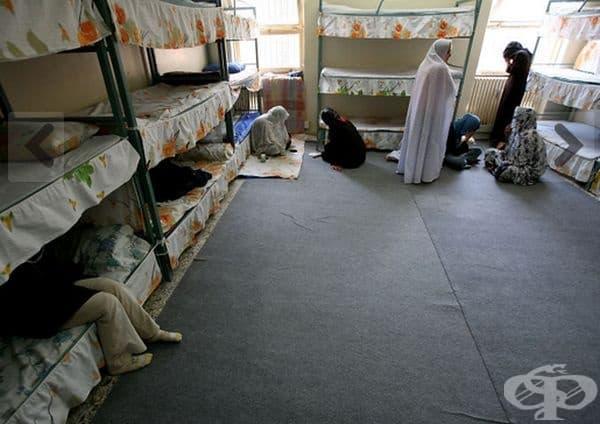 Затворът Евин, Техеран, Иран. Той също е изключително пренаселен, хигиената е лоша, водата и храната-оскъдни. През лятото температурата в килиите достига до 45°С. Семейните посещения и телефонните разговори са забранени. В затвора цари мълчание.