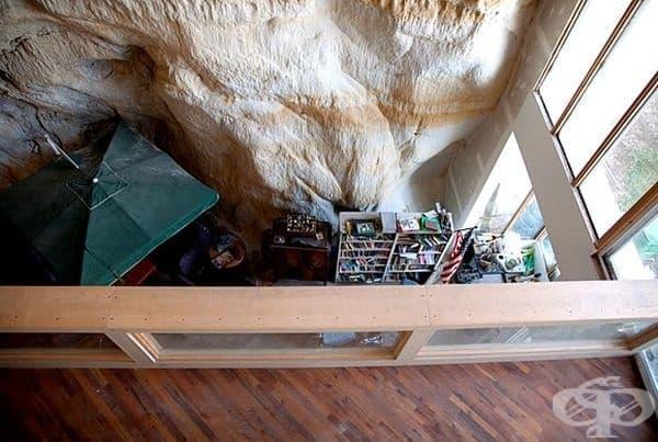 Къщата е дело на уеб дизайнерът Къртис Слийпър, който преди години се мести със семейството си да живее в пещера, която  постепенно превръща в модерно жилище.