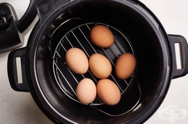 """Сваряване на яйца в тенджера под налягане. Метод """"5-5-5"""" и стъпките от процеса: приготвяне, понижаване на налягането и """"почивка"""" в ледена вода. Всичко това трябва да се случи в рамките на 5 минути."""
