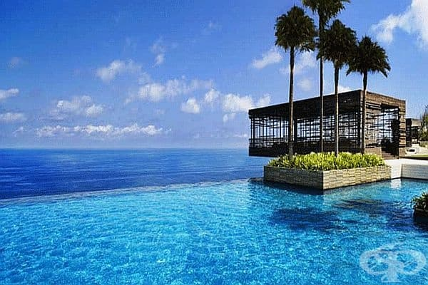 Alila Villas Uluwatu, Бали. Този индонезийски хотел се гордее с един от най-добрите басейни в света. Курортът е идеално интегриран в околната среда, а 50-метровият басейн е разположен на ръба на скала, предлагаща уникална гледка.