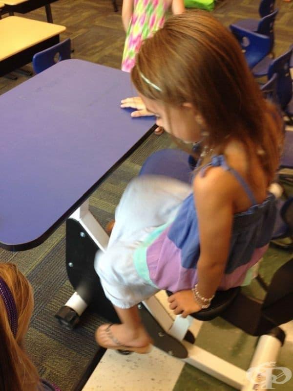 Чин, оборудван с педали, за ученици от началното училище, за да могат да се учат и да бъдат активни в същото време.