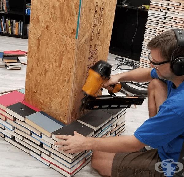 За изграждането са използвани над 10 000 маркиращи пирони, които придържат книгите една към друга и към шперплатовата основа.