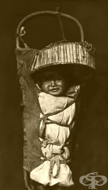 Бебе в традиционна за Апачи люлка