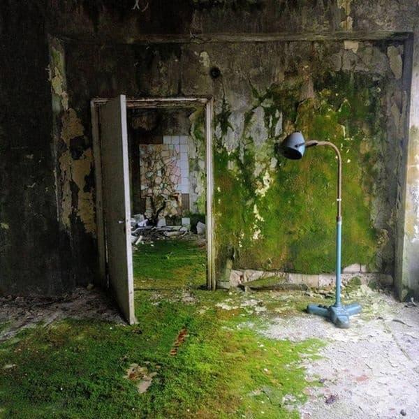 Сградите не са използвани повече от 30 години. Това на снимката е болница.