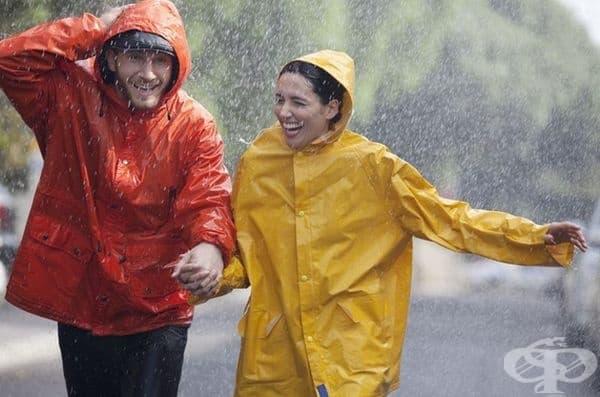 Разходка под дъжда подобрява настроението и подтиква към забавни преживявания.