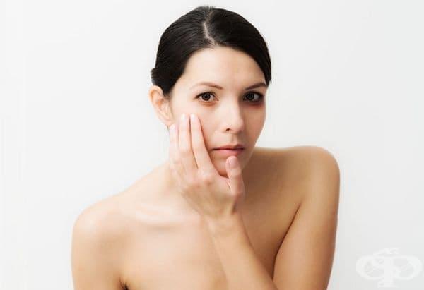 Бледа кожа. Липсата на витамин В12 води до разрушаване на част от червените кръвни клетки. Поради това се освобождава билирубин - жлъчен пигмент, който придава на кожата по-блед вид.