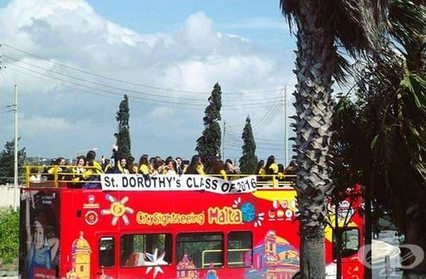 Малта. В Малта учениците също използват открит транспорт, за да отбележат своето завършване. Прието е да се наемат двуетажни открити автобуси, в които учениците  да се веселят и празнуват.
