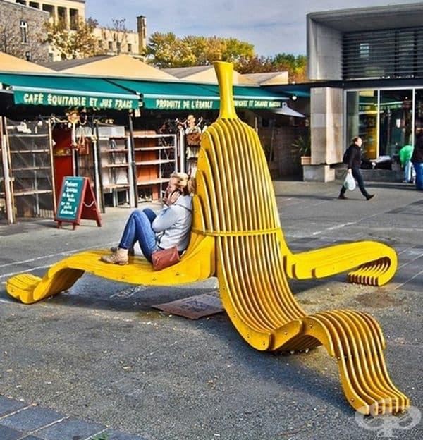 Интересна скамейка във формата на банан.