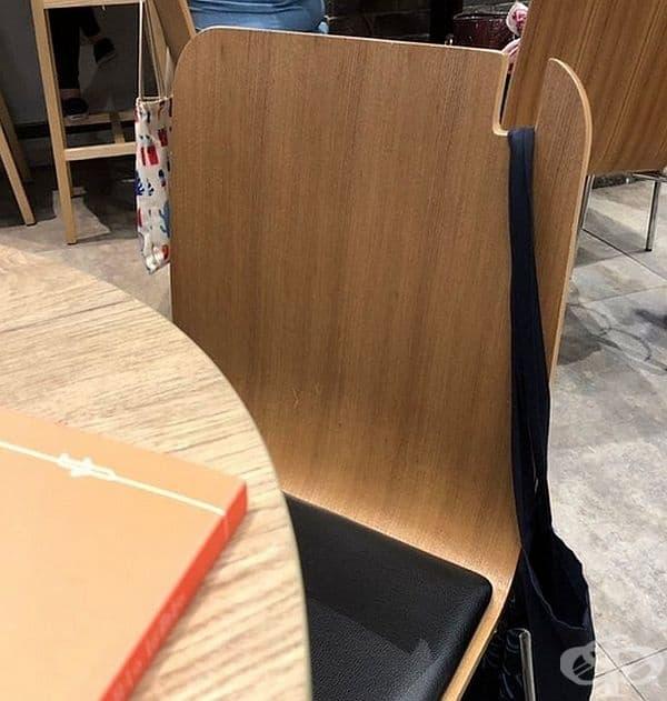 Стол с място за закачане на чанта. Забелязано в заведение в Корея.