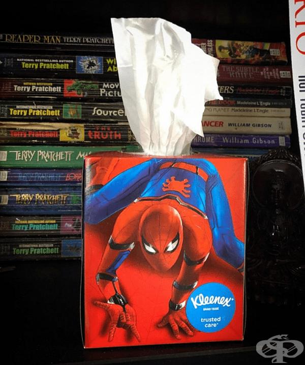 Този Спайдърмен предлага само салфетки. И то откъде!
