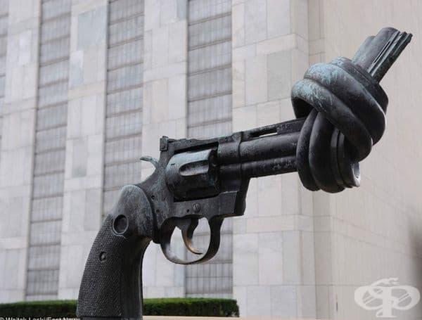 Скулптурата против насилието пред централата на ООН в Ню Йорк е създадена като почит към Джон Ленън, след като е бил прострелян.