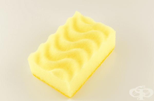 Жълто. С този цвят се предлагат гъби за почистването на фини повърхности, като например стъклени съдове или чаши. Такъв материал нежно обработва повърхността и може да се използва интензивно.