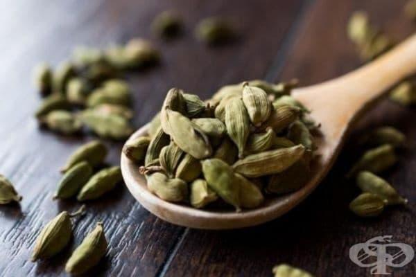 Кардамон. Тази популярна подправка вероятно присъства във всяка кухня. Преди път е необходимо да се сдъвчат 1 – 2 зърна и усещането за гадене ще премине.