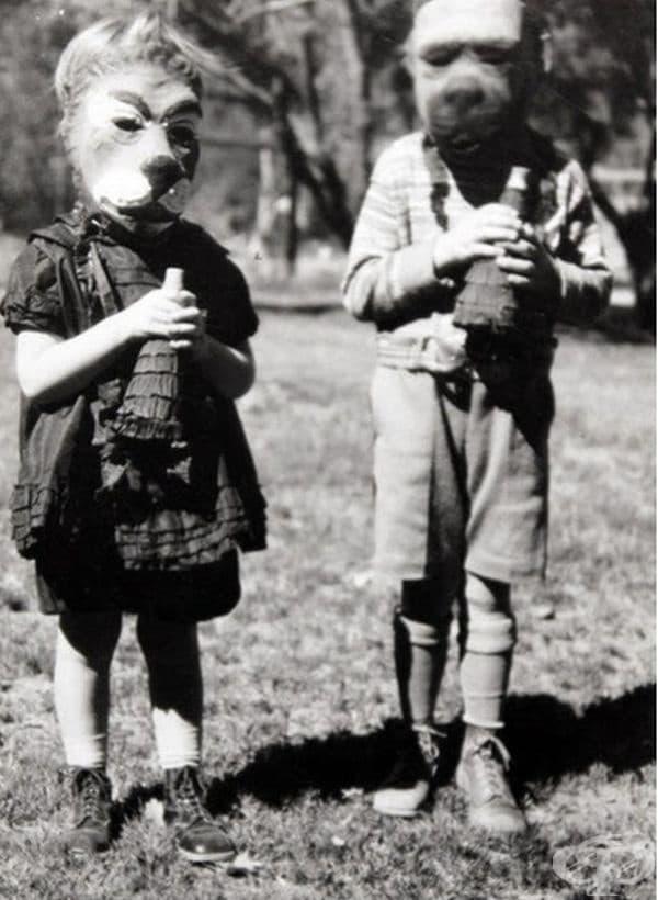 Явно кучешките маски са били много популярни през тези години.