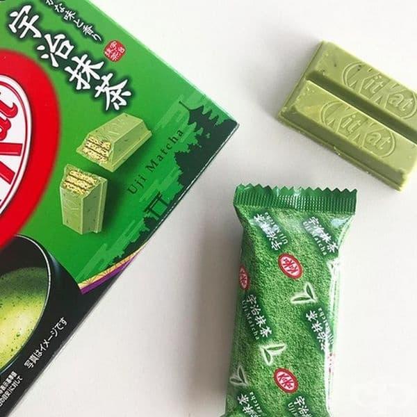 Kit Kats с аромат на зелен чай. Този десерт се предлага в Япония и е особено популярен сред учениците. Страната е известна и с това, че се предлагат странни и необичайни вкусове като шоколад със саке, уасаби, червен боб и други аромати.