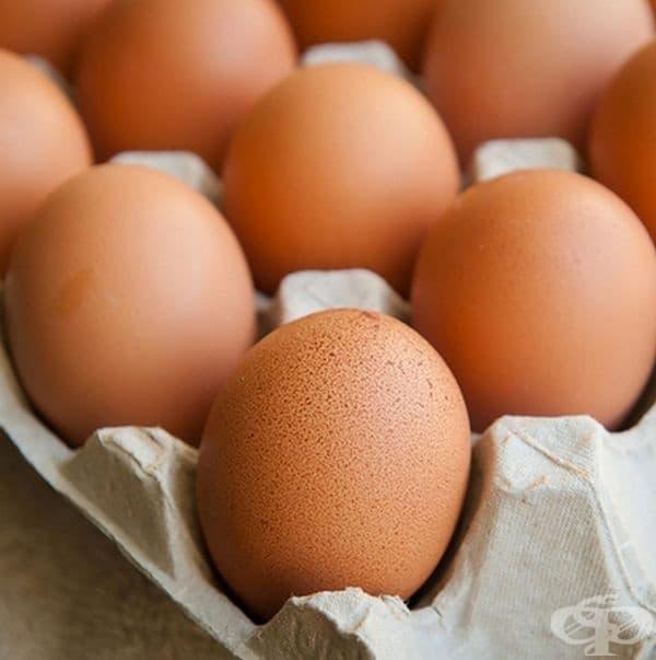Яйцата не трябва да се съхраняват в сурово състояние във фризер. Съдържанието на вода във вътрешността им се разширява при замразяване и черупката става уязвима към бактерии. Възможно е да ги съхранявате сварени, обелени и отделно белтъци от жълтъци.