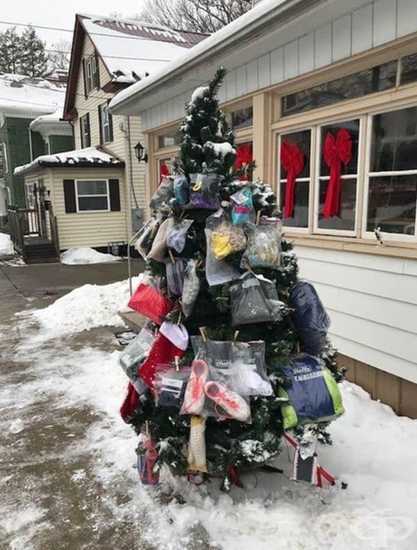Всяка година по Коледа един старец украсява елхата пред дома си с вещи, които ще са полезни на хора в нужда.