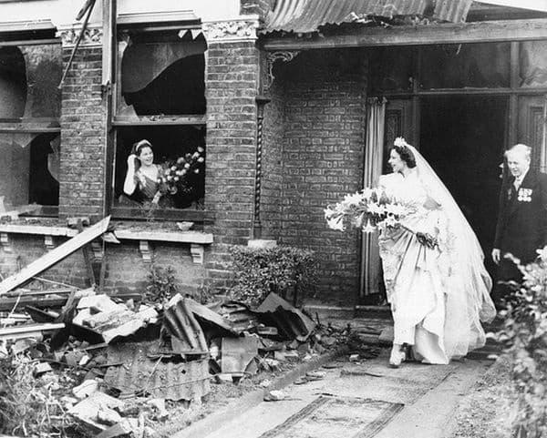 Дори Втората световна война не може да спре тази британска булка да се омъжи.
