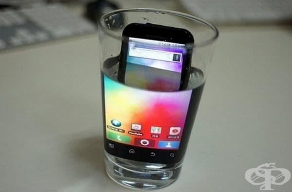 Увеличете екрана на телефона като го поставите в чаша с вода. Гениално!