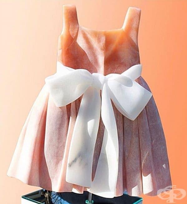 Това е част от серията на детски рокли, създадена като спомен за отминалото детство.
