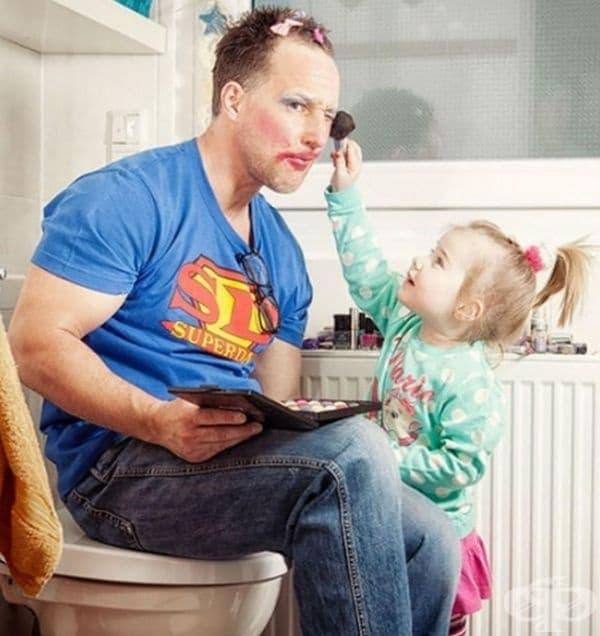 Когато всички кукли вече са гримирани, е ред на тати.