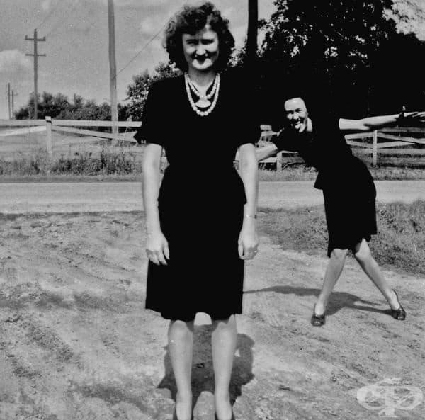 """""""Моята баба (отпред) и нейната сестра в края на 40-те години от миналия век. Фотобомбата е класическа форма на изкуство."""""""