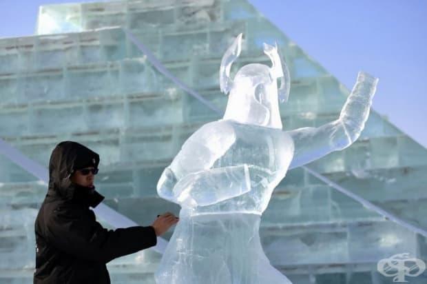 Уникални ледени произведения пленяват туристи на фестивала в Харбин