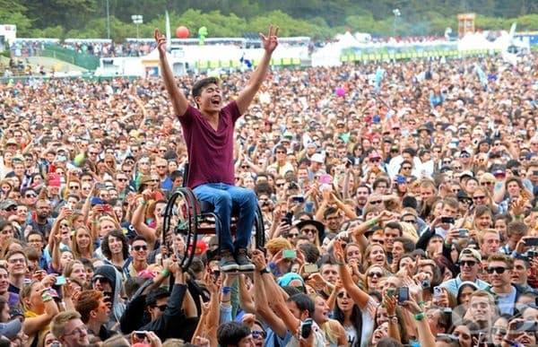 Любителите на музиката проявяват любов към този човек по време на концерт в Сан Франциско.