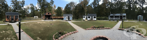 Семейство създава миниатюрно градче, в което всяко дете си има свой дом