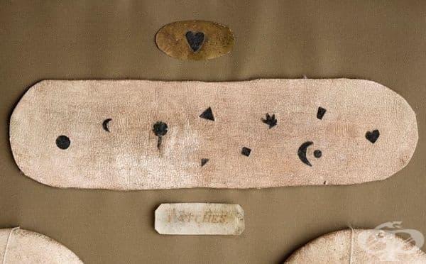Лепенки от кожа. През 18-ти век жените са скривали естествените си бенки или прояви на заболяване по тялото (като шарка или сифилис) с лепенки от тъмна коприна или истинска кожа. По този начин са привличали и мъжете.