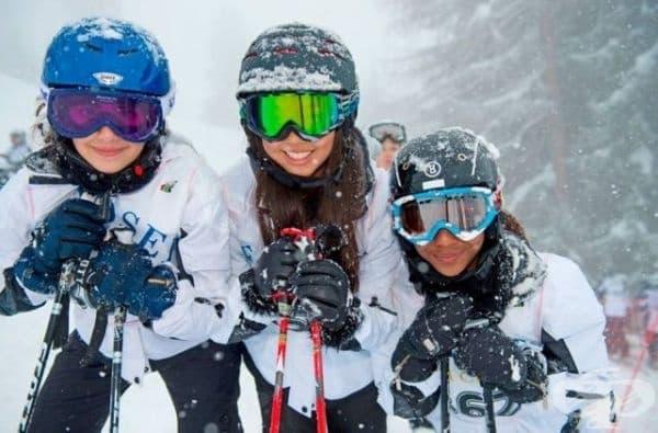 Зимната програма предлага на учениците частни уроци по различни зимни спортове.