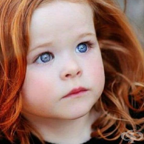 Червенокоса момиче с кристално сини очи. Изумително съчетание.