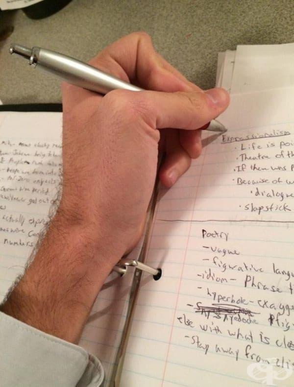 Натъртвания от папката. Тези папки не са предпочитани, защото създават неудобство при писане.