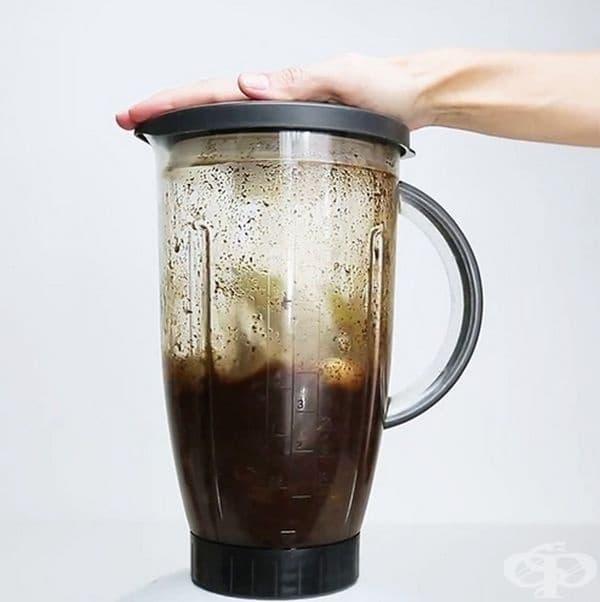 Добавете малко вода и пасирайте съставките в блендер.
