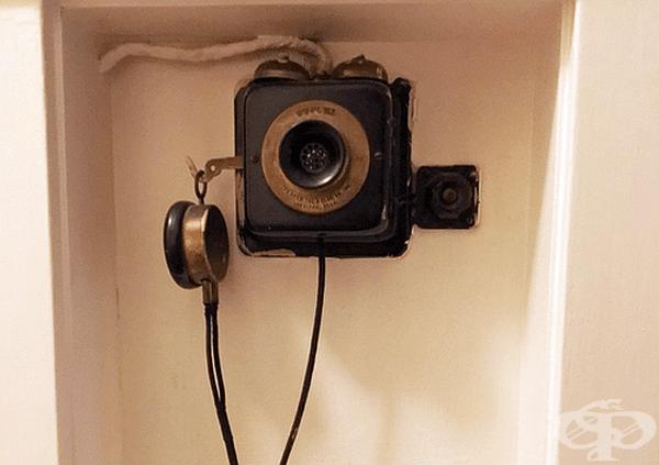 Домофон. През 1935 г. немската компания Siedle за първи път произвежда високоговорител, свързан със звънец на вратата. Днес наричаме такова устройство интерком. Това е една от първите версии на това устройство.