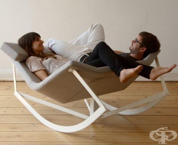 Двойно люлеещ се стол. Когато искате да споделите свободното си време или четенето на книги с вашия любим.